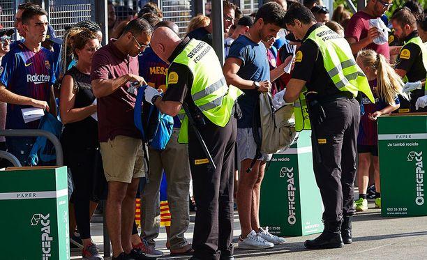 Laukkujen tarkastus ei sujunut niin hyvin kuin olisi voinut olettaa Barcelonassa.