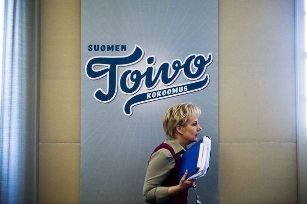 Kokoomuksen entinen kansanedustaja ja ministeri Suvi Lindén, 55, on nostanut sopeutumiseläkettä yhtäjaksoisesti vuodesta 2011. Oman konsulttiyhtiön kautta työskentelevän Lindénin sopeutumiseläke on noin 5 800 euroa kuukaudessa.