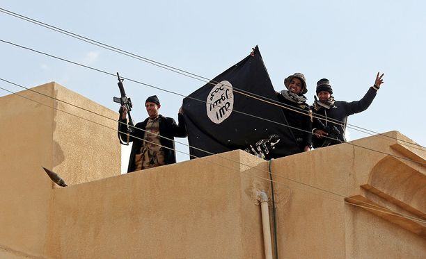 Irakilaissotilaat esittelivät Isisin lippua vallattuaan heidän asemiaan Irakin Mosulissa tammikuussa.