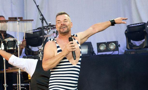 Sillanpää hauskuutti uima-asussa 50-vuotisjuhlakonsertissaan viime kesänä.