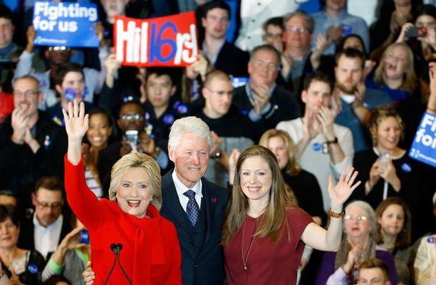 Hillary Clinton esiintyi kannattajiensa edessä Des Moinesissa yhdessä miehensä Billin ja tyttärensä Chelsean kanssa.