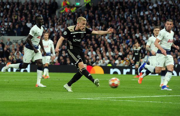 Ajaxin Donny van de Beek sai nautiskella ottelun voittomaalista.