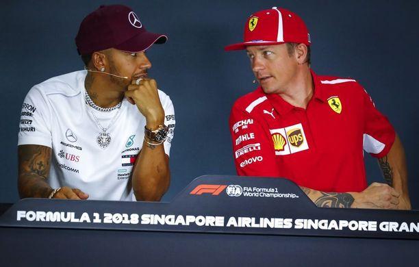 Lewis Hamilton sai seurata vierestä, kun Kimi Räikkönen yritti perustella syitä tuoreen Sauber-sopimuksensa taustalla.