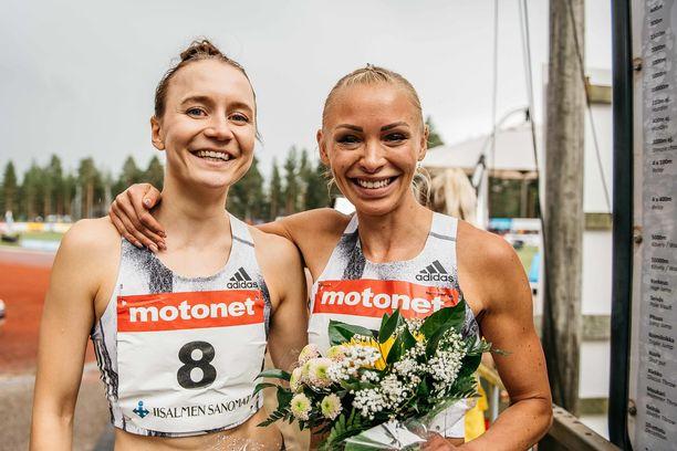 Reetta Hurske (vasemmalla) ja Annimari Korte olivat ennätysjuoksun jälkeen yhtä hymyä.