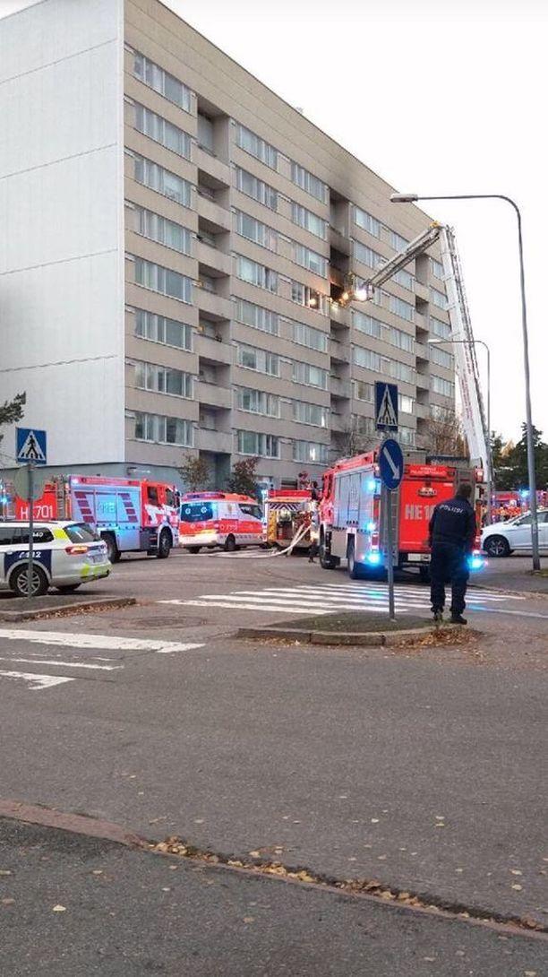 Pelastuslaitoksen yksiköt sammuttivat tulipaloa kerrostalon parvekkeella Helsingin Myllypurossa.