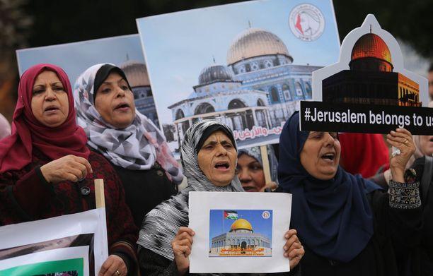 Palestiinalaisnaiset osoittavat mieltään Trumpin päätöstä vastaan Jerusalemissa.