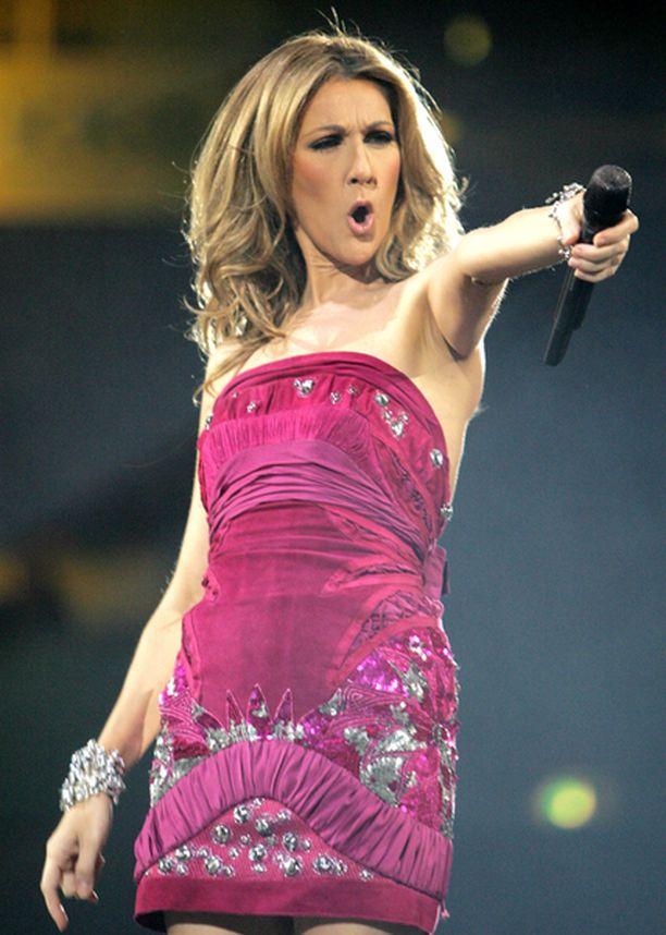 Upeissa asuissa esiintyvä Celine Dion osoittaa olevansa edelleen rautainen ammattilainen, jonka esiintymisessä kiertuetauko ei näy.