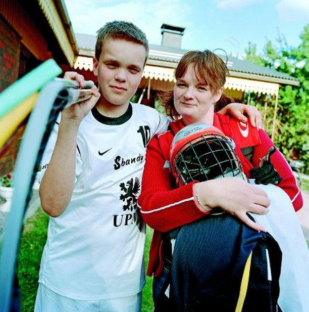 - Joskus lähdin töistä aikaisemmin, jotta ehdin heittää pojan treeneihin, Arja Mikkonen kertoo. Vierellä poika Juuso.