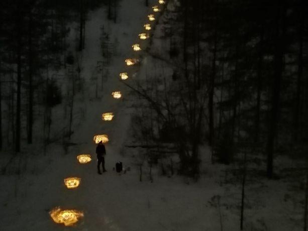 Aikaisemmin tempaus on järjestetty valoisaan aikaan, mutta tänä vuonna järjestäjät halusivat lisätunnelmaa valaisemalla pimeän reitin.