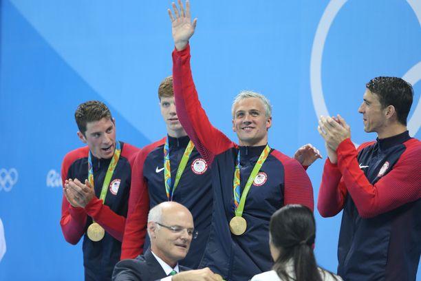 Ryan Lochte (vilkuttamassa) oli 2016 voittamassa 4x200 metrin vapaauintiviestin olympiakultaa.