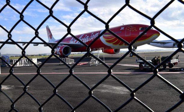 Air Asian kone Brisbanen kentällä. Australiassa lentoliikenteen turvatasoa on nostettu paljastuneen tapauksen myötä.