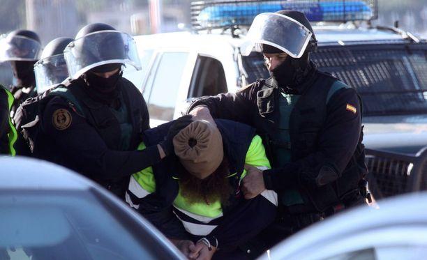 Espanjalaisviranomaiset pidättivät kaksi terroristiepäiltyä Pojois-Afrikan Ceutassa perjantaina.