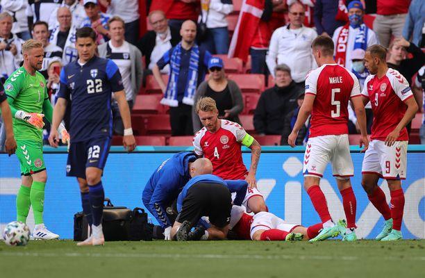 Aluksi Eriksen näytti olevan täysin eloton, kun Tanskan joukkueen lääkintähenkilökunta hoiti miestä.