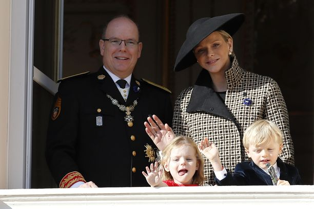 Monacon ruhtinasparin joulukuussa neljä vuotta täyttävät kaksoset prinssi Jaques ja prinsessa Gabriella hallitsevat jo oikeaoppisen kuninkaallisen vilkutuksen.