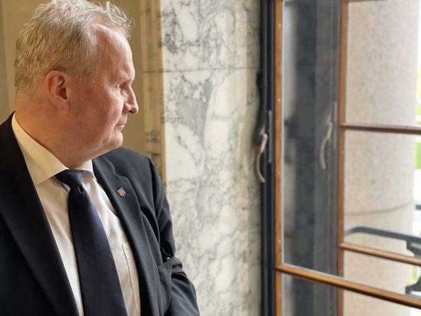 Hannu Hoskonen katsoo ulos ikkunasta eduskunnan edustalla olevia mielenosoittajia hetki elpymispakettiäänestyksen jälkeen. Keskustan kansanedustaja Hoskonen sanoo Iltalehdelle, että edeltävät viikot ovat olleet hänen elämänsä raskaimpia.