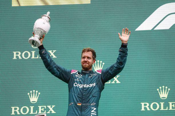 Sebastian Vettel ehti jo tuulettaa kakkossijaansa.