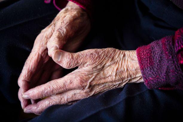 Omaishoitajien arki voi olla yksinäistä ja haastavaa, vaikka omaa lähimmäistä halutaankin hoitaa kotona. Kuvituskuva.