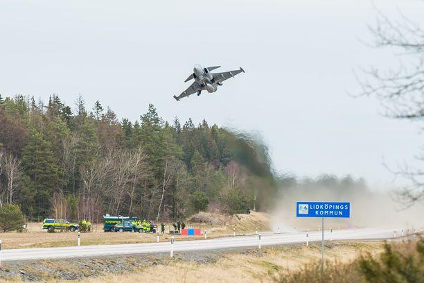 Ruotsin ilmavoimien JAS 39 Gripen laskeutui ja nousi ilmaan maantieltä viime huhtikuussa.