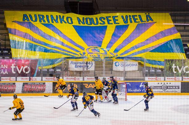 Kannattajaryhmä Raumam Boja järjesti uskoa valavan tifon keskiviikon Lukko–SaiPa-ottelussa.