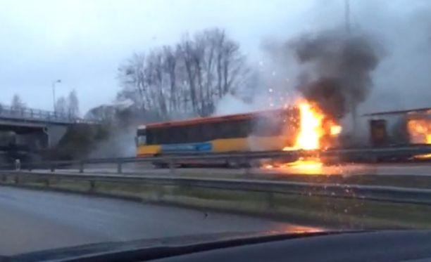 Linja-auto syttyi palamaan bussipysäkin kohdalla, ja matkustajat pääsivät nopeasti poistumaan palavasta ajoneuvosta.