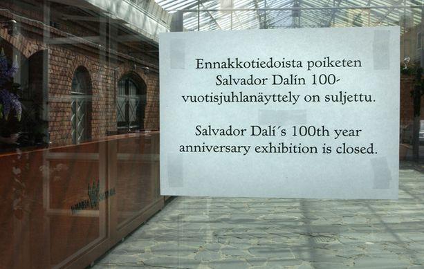Dali-näyttely jouduttiin sulkemaan, kun poliisi takavarikoi väärennetyksi epäiltyjä töitä.