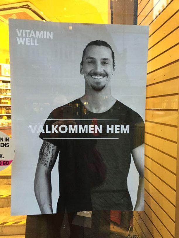 Tervetuloa kotiin, Zlatan. Katukuvassa Ibrahimovic vilahtaa usean kaupan ikkunassa.