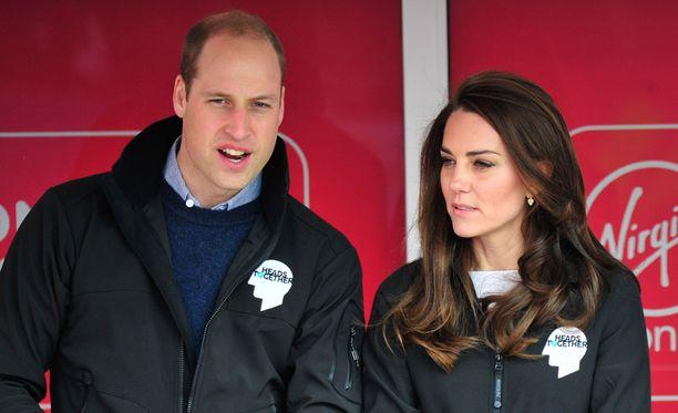 Prinssi William ja herttuatar Catherine vaativat ranskalaislehden julkaisemista kuvista 1,5 miljoonan euron korvauksia.