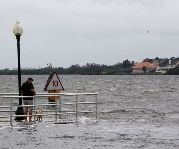 Viranomaiset varoittavat, että Alberton tuomat rankkasateet voivat nostaa vesiä vaarallisen korkealle. Kuva Tampa Baysta Floridasta.