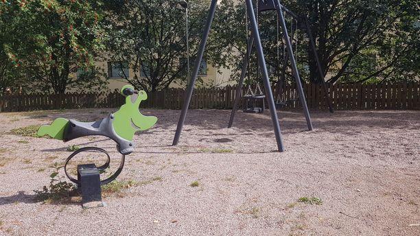 Leikkipuisto epäillyn entisen kotirapun edessä.