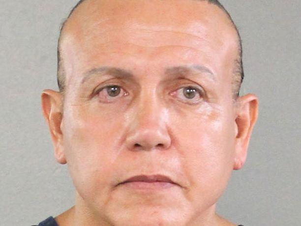 Viranomaiset vahvistivat, että kiinniotettu mies on floridalainen Cesar Sayoc. Hänen sormenjälkensä löytyi kongressiedustaja Watersille lähetetystä paketista.