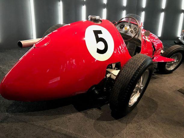 Vuosina 1952-1953 Ferraria edusti kilparadoilla Ferrari 500 F2 -malli.
