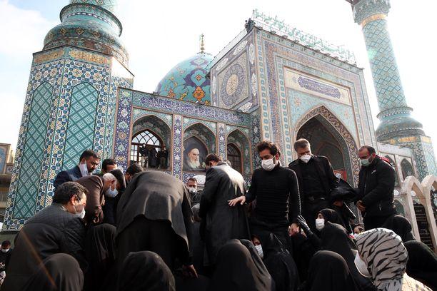 Iranin puolustusministeriön kuvassa näkyy Fakhrizadehin sukulaisia ja Iranin puolustusministeriön henkilökuntaa hautajaisseremoniassa 30. marraskuuta.