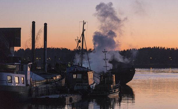 Kaakkois-Suomen poliisi kaipaa havaintoja vappupäivänä Kotkassa palaneeseen troolariin liittyen.