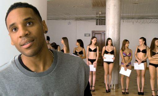 Reggie Yates tuntee olonsa epämukavaksi puolipukeisten tyttöjen keskellä.