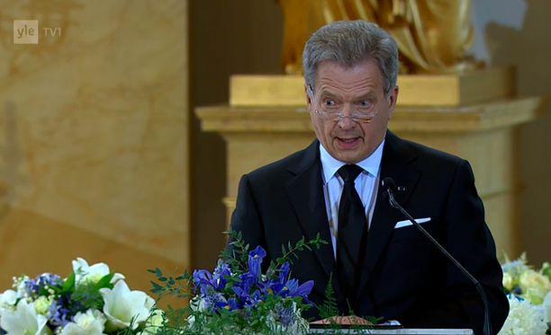 Koko Suomi muistaa tänään presidentti Koivistoa ja hänen elämäntyötään syvää kunnioitusta ja kiitollisuutta tuntien sekä hänen läheistensä suruun osaa ottaen, Sauli Niinistö päätti puheensa.