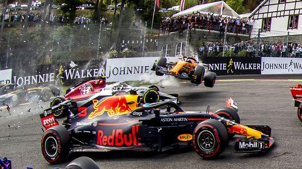 Fernando Alonso lensi Spassa vaarallisesti Charles Leclercin yli.