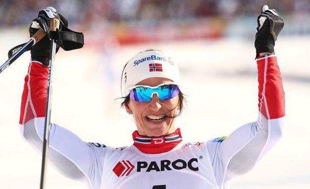 Marit Bjørgen omisti kultamitalinsa dopingista kärähtäneelle Therese Johaugille.