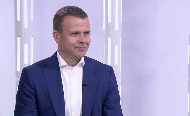 Petteri Orpo on joutunut ylitöihin puolueen sisällä heränneen kapinahengen vuoksi.