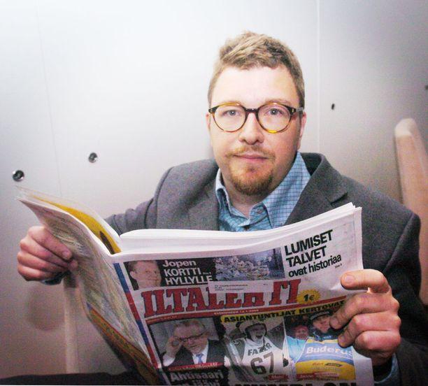 Pressiklubi-ohjelman juontaja Timo Harakka lukemassa Iltalehteä vuonna 2005.
