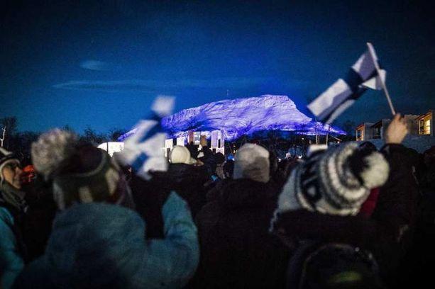 Suomen-liput heiluivat valaistuksen syttyessä.