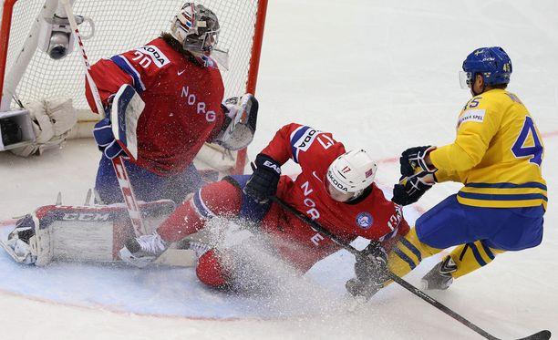 Stefan Espeland yrittää estää Ruotsin Oscar Möllerin aikeet vuoden 2014 MM-kisoissa.