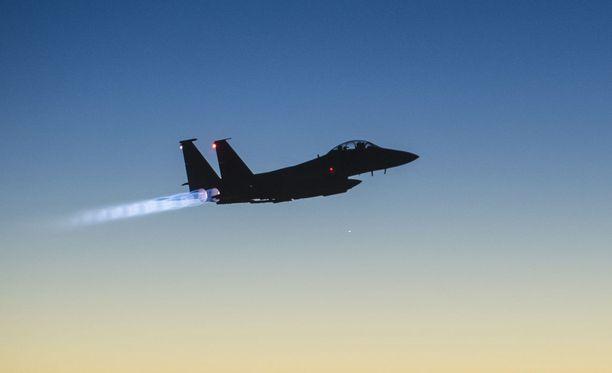 Kuvituskuva amerikkalaisesta F-15E -hävittäjästä.