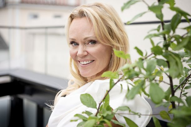 Sirpa Selänne tunnetaan esimerkiksi Lätkä Love -ohjelman juontajana.