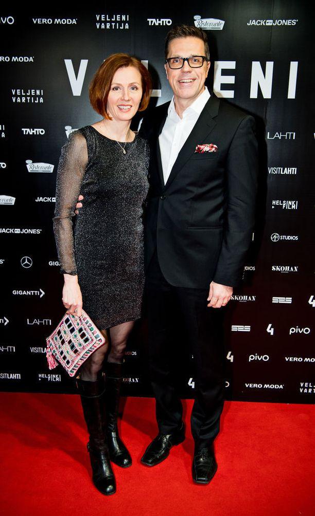 Virpi ja Jari Sarasvuo poseerasivat Veljeni vartija -elokuvan kutsuvierasensi-illassa tammikuussa. He avioituivat vuonna 2010.