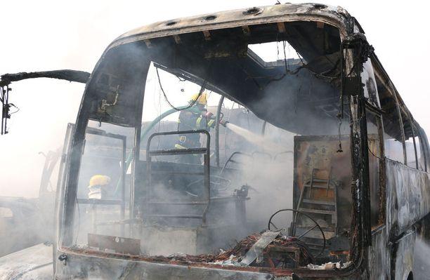 Palomiehet sammuttivat tuleen syttyneitä ajoneuvoja.