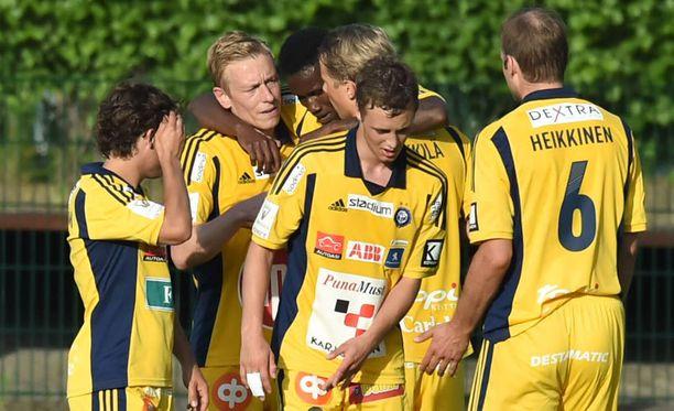 Mikael Forssell (2.vasemmalta) juhlii voittomaaliaan. Inter kaatui 2-0.