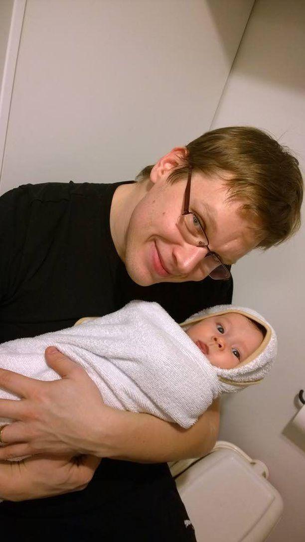 Minea-tytär on nykyään jo parivuotias. Matti Muukkonen uskoo selviytyvänsä päivästä lastenhoitajana, jos niin vaaditaan.