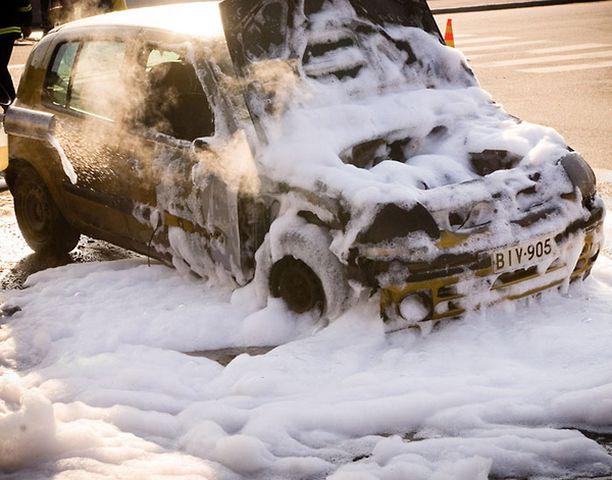 Palo jätti auton lunastuskuntoon.