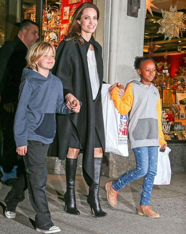 Angelina Joliella on kuusi lasta. Kuvassa Shiloh ja Zahara.