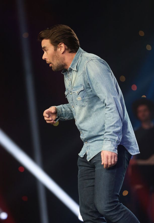 Mikko Leppilampi hauskuutti studioyleisöä mainostauolla.